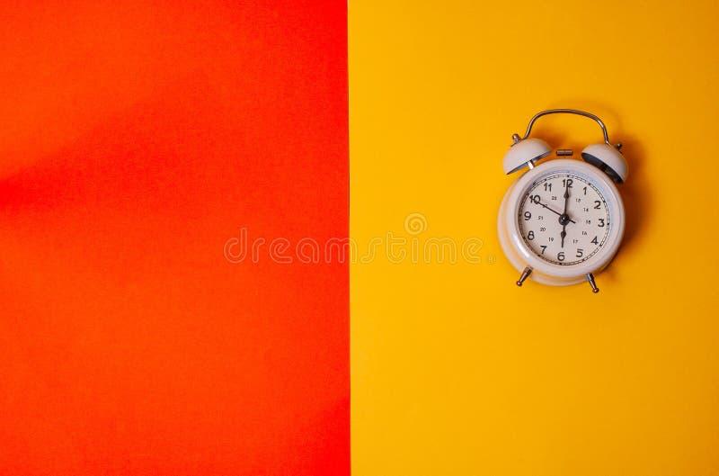 Despertador do vintage em vagabundos amarelos e alaranjados da cor sólida de dois tons foto de stock royalty free