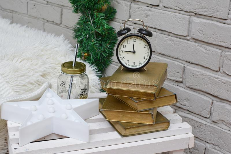 Despertador do vintage na sala de estudo tradicional que mostra quinze à meia-noite Ano novo feliz foto de stock royalty free