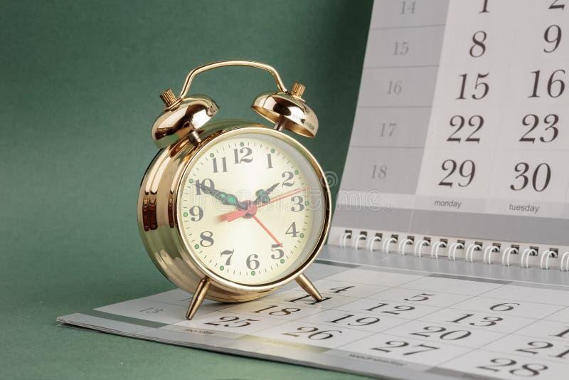 Despertador e calendário foto de stock