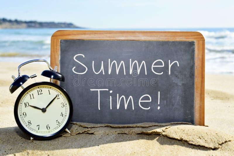 Despertador e quadro com as horas de verão do texto foto de stock royalty free