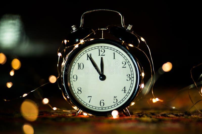 Despertador em antecipação ao feriado imagens de stock royalty free