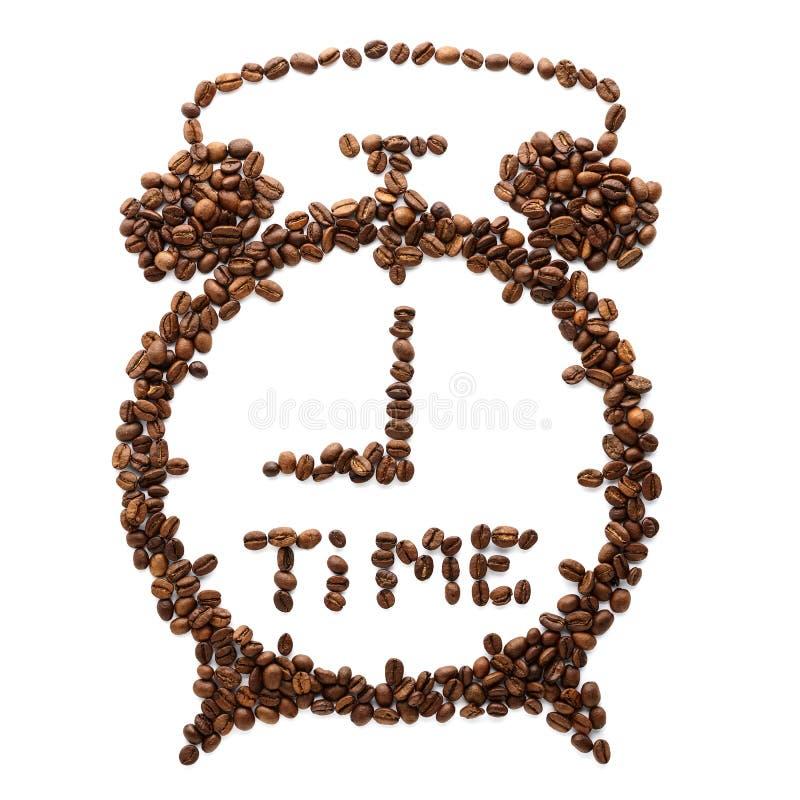 Despertador feito de feij?es de caf? roasted Conceito do tempo do caf? imagem de stock royalty free