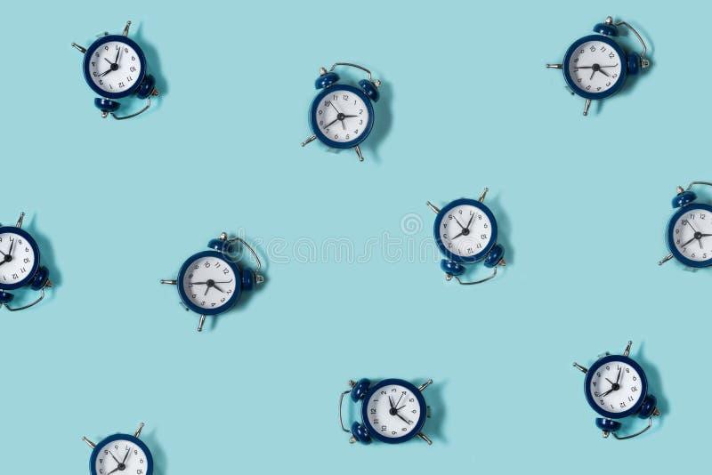 Despertador hermoso retro de la endecha plana nuevo en fondo azul del color Modelo tapa imagen de archivo