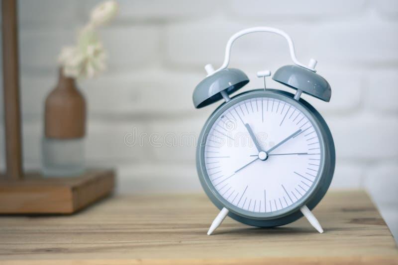 Despertador na tabela de madeira foto de stock