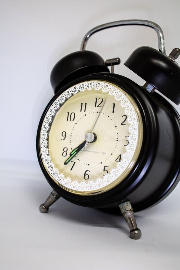 Despertador no estilo clássico tradicional preto no fundo branco isolado foto de stock