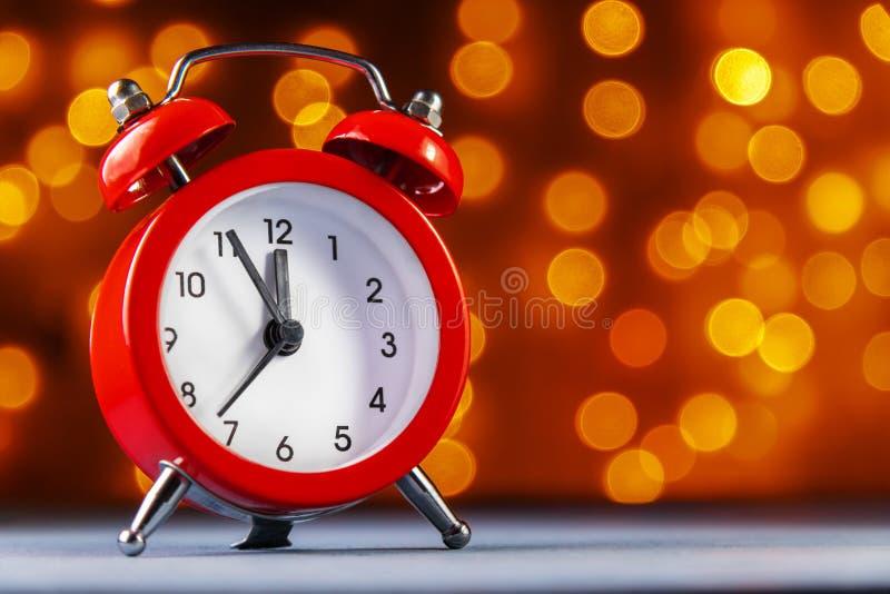 despertador no fundo obscuro das luzes Antes do ano novo 5 minutos fotografia de stock royalty free