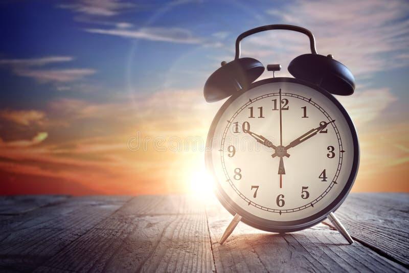 Despertador no por do sol foto de stock