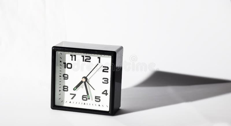 Despertador preto no fundo branco com sombra fotos de stock royalty free