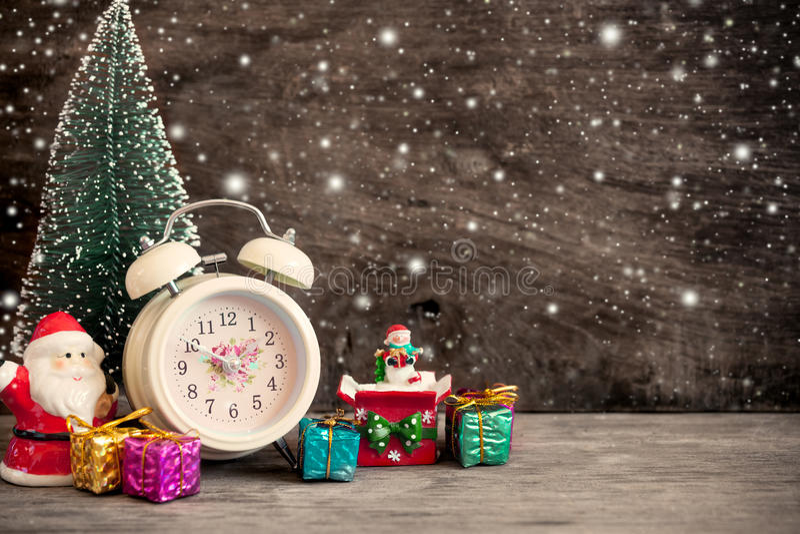Despertador retro con la decoración de la Navidad foto de archivo