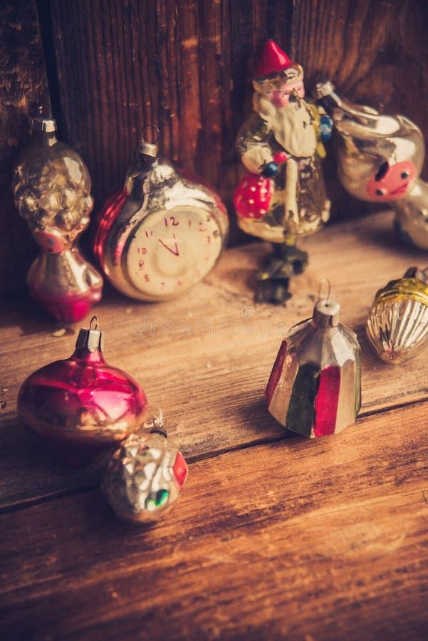 Despertador retro, maletas de cuero del vintage, decoraciones pasadas de moda del árbol de navidad, espacio de la copia para su t fotografía de archivo libre de regalías