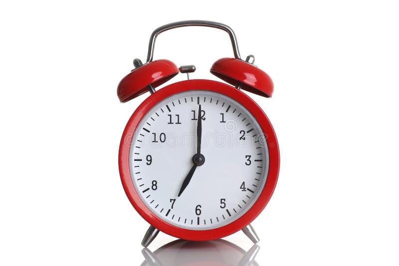 Despertador rojo aislado en blanco foto de archivo libre de regalías