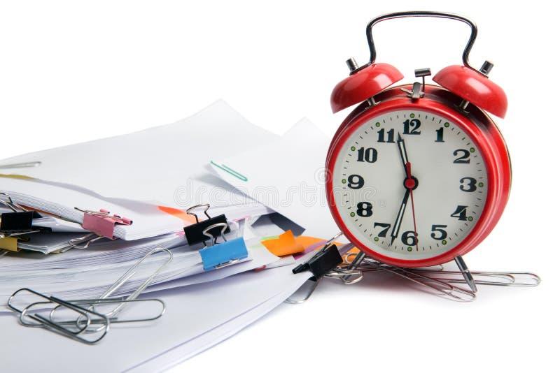 Despertador, sobre diversos conceptos del negocio y de las finanzas del plazo de los documentos de la pila fotografía de archivo libre de regalías