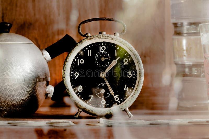 Despertador velho do vintage no armário de vidro fotos de stock royalty free