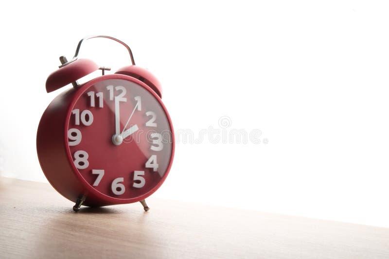 Despertador vermelho isolado no fundo branco Tempo do negócio concentrado imagem de stock royalty free
