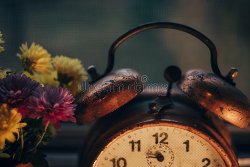 Despertador viejo en la ventana imágenes de archivo libres de regalías