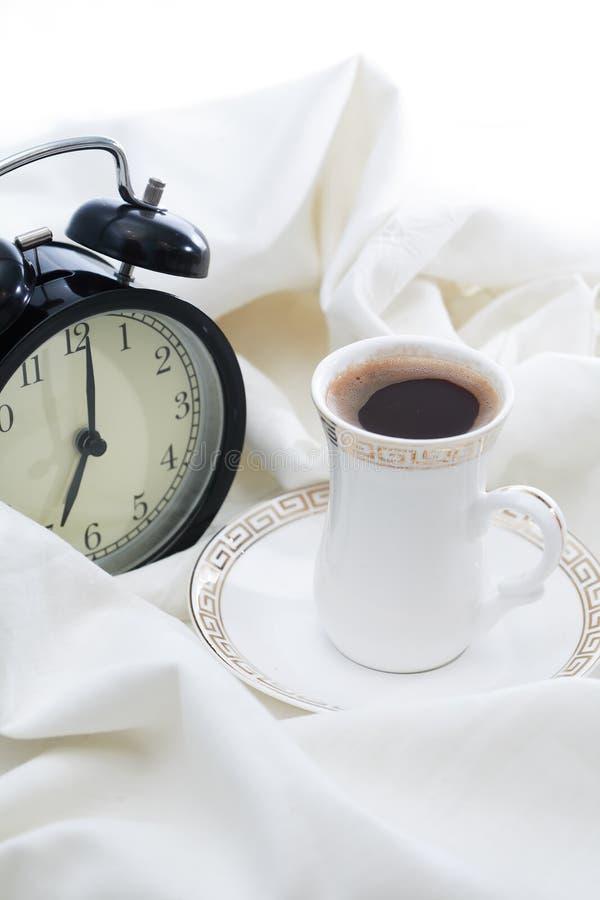 Despertador y café imágenes de archivo libres de regalías