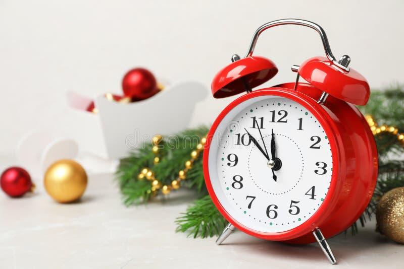 Despertador y decoración retros en la tabla imagen de archivo libre de regalías
