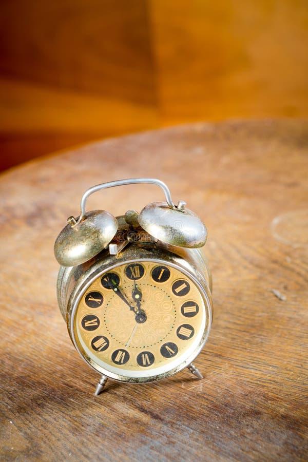Despertadores usados viejos de plata con el anillo en el top Tecnología obsoleta pero gran diseño - cinco a doce imagen de archivo