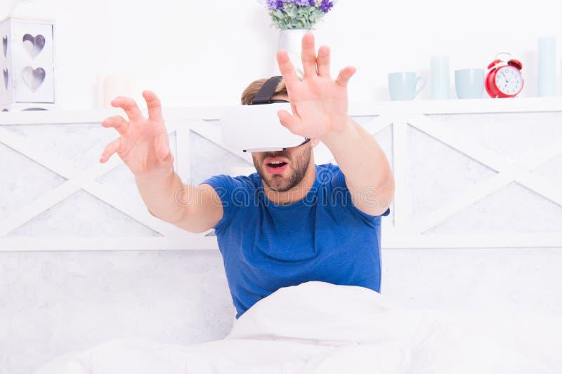 Despertar consciente Uma comunica??o de VR Impress?es de excita??o Espaço aumentado jogo Retorno ? realidade O homem explora o vr fotos de stock royalty free