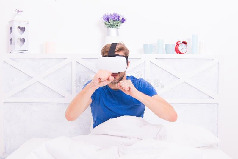 Despertar de la realidad virtual Espacio aumentado de juegos El despertar consciente Volver a la realidad El hombre explora duran fotos de archivo libres de regalías