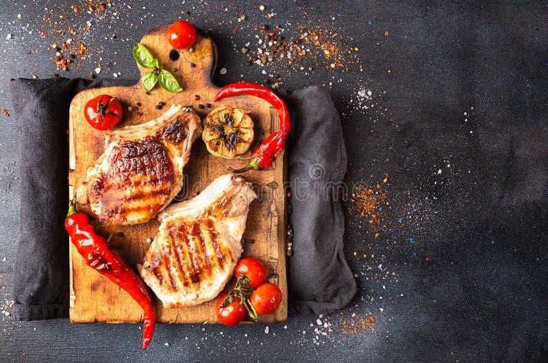 Despesas gerais da tabela de jantar Carne de carne de porco grelhada deliciosa o do assado fotografia de stock royalty free