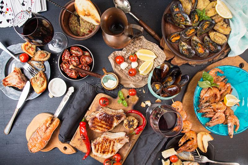 Despesas gerais da tabela de jantar Deliciosos sortidos grelhados assam-me foto de stock