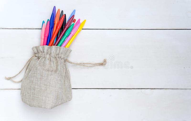 Despida el bolso con las plumas coloridas, en el bosque blanco fotografía de archivo