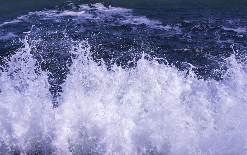 Desplome de la onda con espuma imagen de archivo libre de regalías