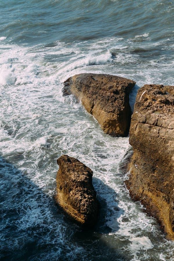 Desplome de las ondas en las rocas fotos de archivo