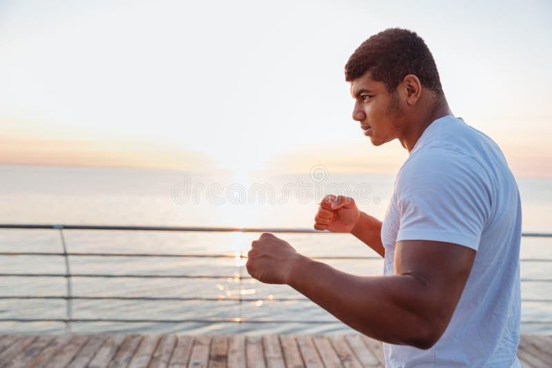 Desportista africano atlético que dá certo na manhã imagens de stock royalty free