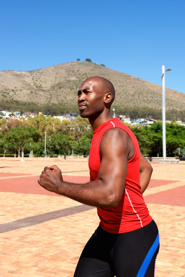 Desportista africano que movimenta-se fora no parque fotos de stock