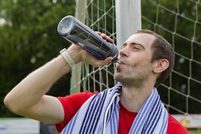 Desportista bebendo foto de stock