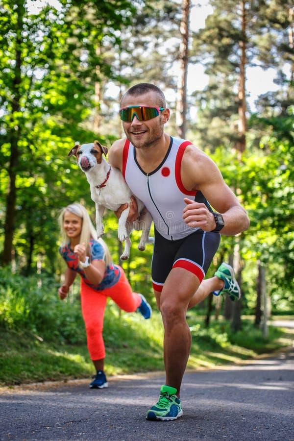 Desportista de sorriso nos óculos de sol na corrida imagem de stock royalty free