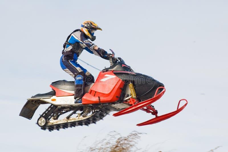 Desportista do vôo no snowmobile imagens de stock