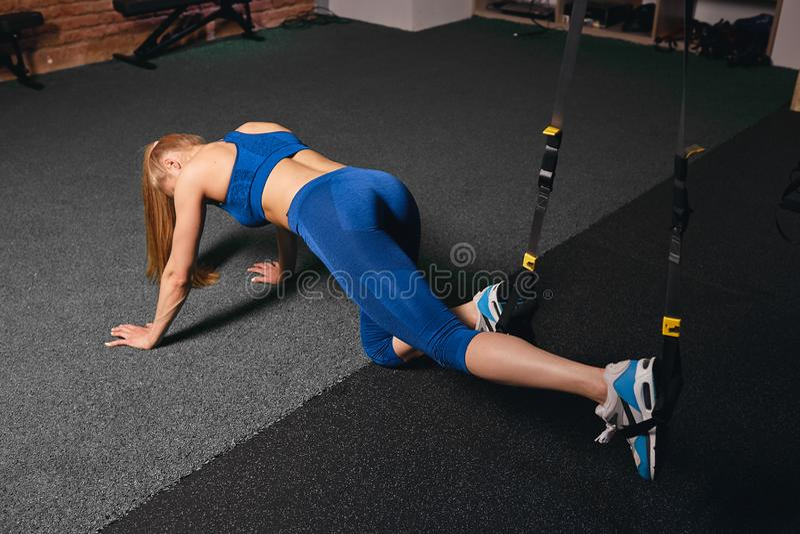Desportista na corda puxando do sportswear azul à moda com pés imagens de stock