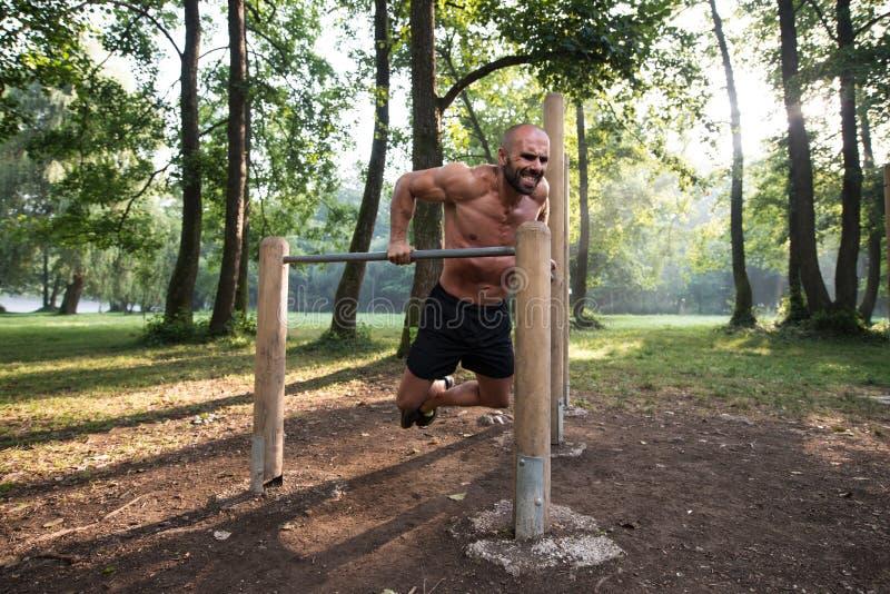 Desportista novo que dá certo em um parque imagens de stock royalty free