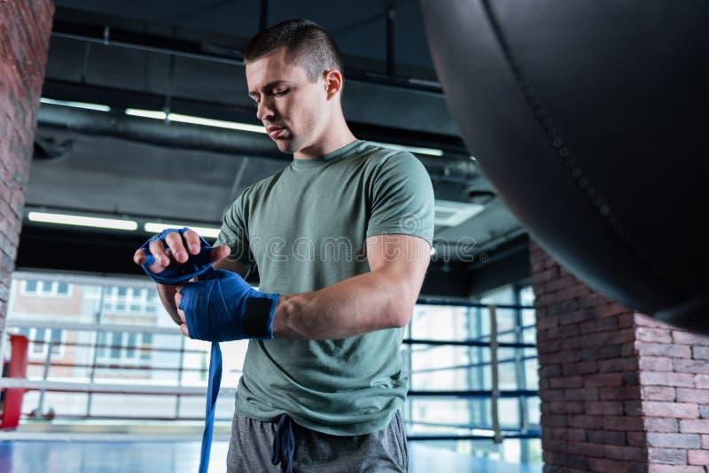 Desportista novo que trabalha duramente no gym espaçoso fotografia de stock