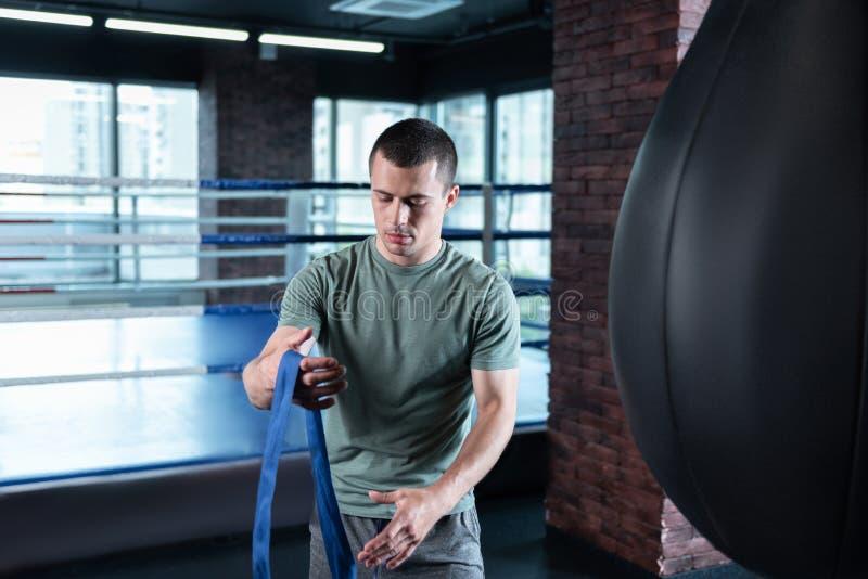 Desportista prometedor novo que usa envoltórios do pulso foto de stock royalty free