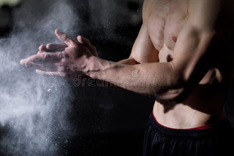 Desportista que aplica o talco nas mãos fotos de stock