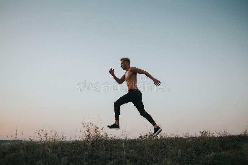 Desportista que corre na natureza imagens de stock