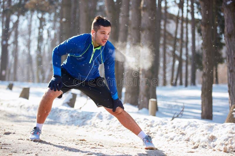 Desportista que estica os pés exteriores foto de stock royalty free