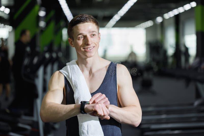 Desportista que guarda a água no Gym foto de stock royalty free