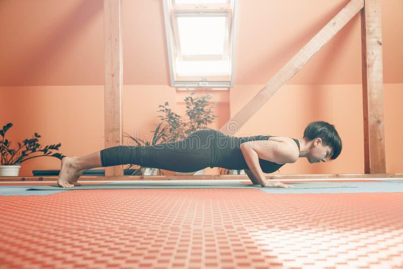 Desportista que pratica a ioga de Ashtanga Vinyasa fotos de stock