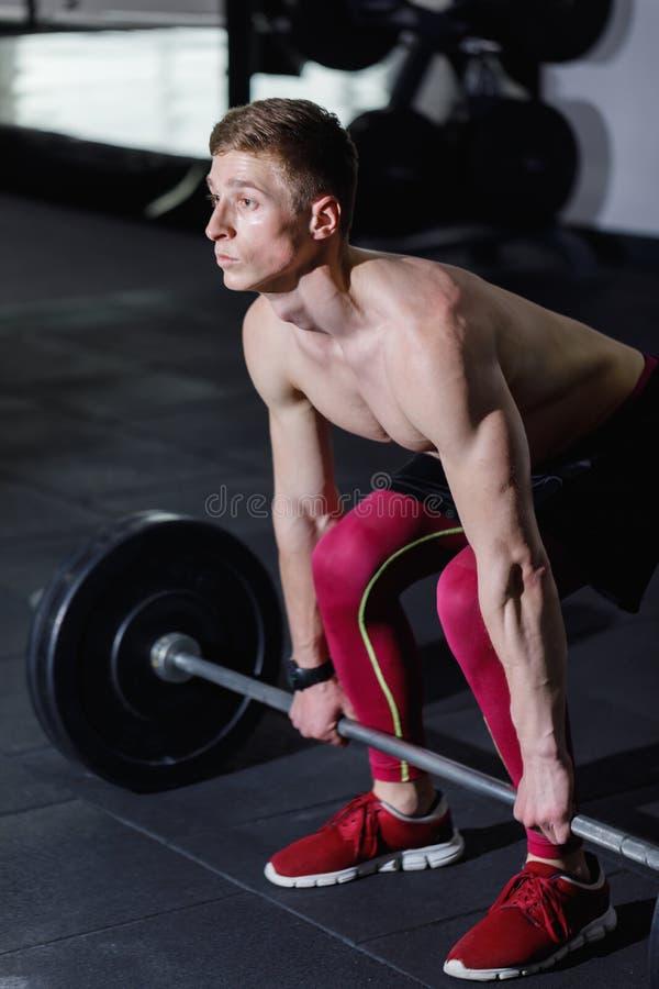 Desportista que prepara-se para malhar com Barbell fotos de stock royalty free