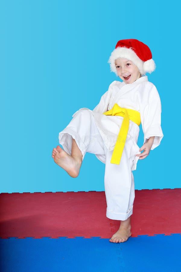 Desportista que veste Santa Claus com uma correia amarela fotografia de stock royalty free