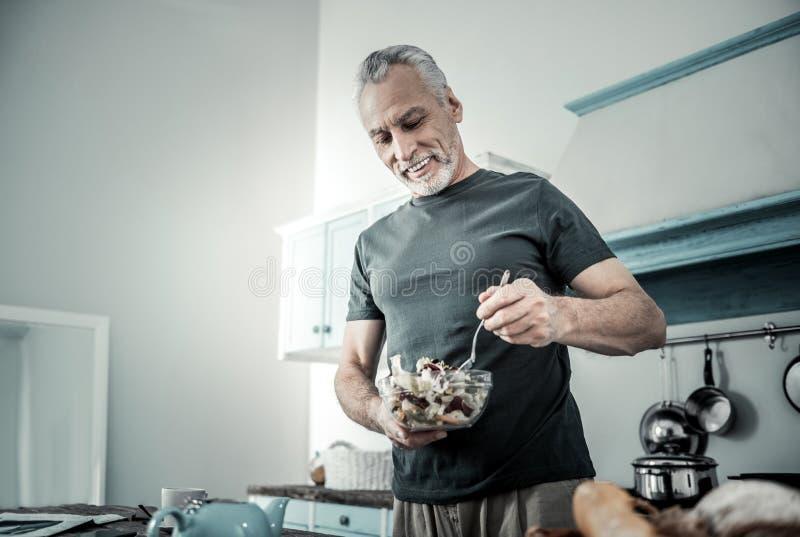 Desportista satisfeito que prepara o jantar de nutrição foto de stock royalty free