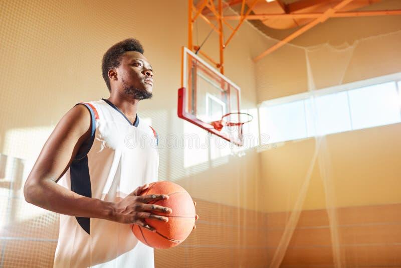 Desportista seguro no campo de básquete fotos de stock
