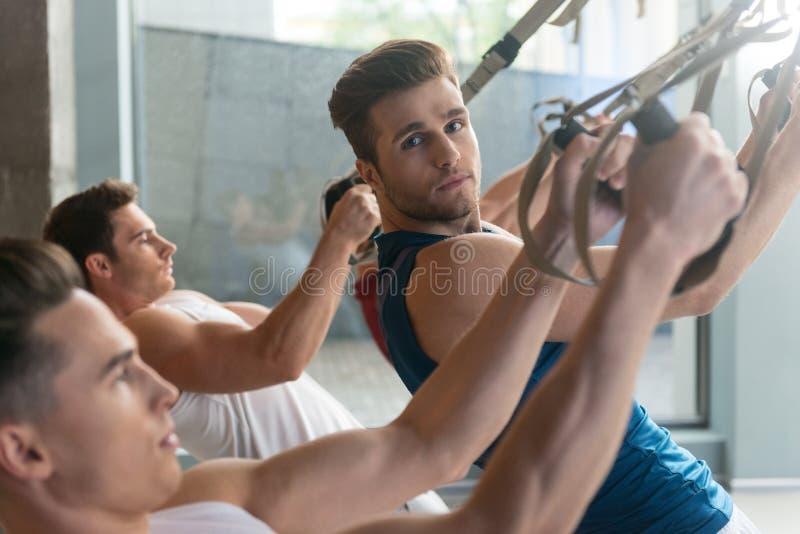 Desportistas alegres que treinam no gym foto de stock royalty free