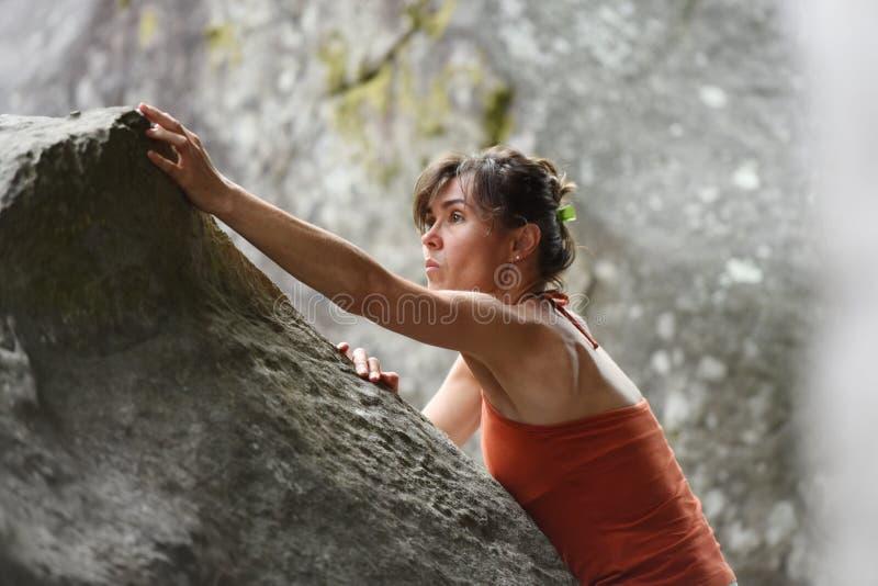 Desportistas que praticam o climbimg fotografia de stock royalty free