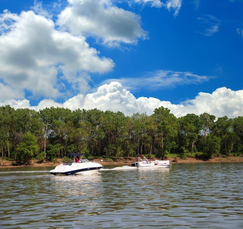 Desporto de barco ao longo do rio de Ohio em Kentucky fotos de stock